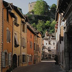 280px-France_cremieu_rue_medieval_sb1